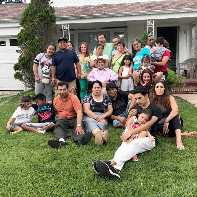 La numerosa familia de Juan Pablo festeja su vida en uno de sus cumpleaños.