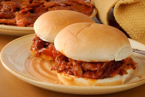 Una libra de carne a la barbacoa con media hogaza de pan...