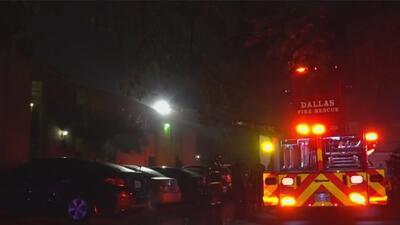 Rescatan a residentes de complejo de apartamentos en Dallas que quedaron atrapados tras un incendio