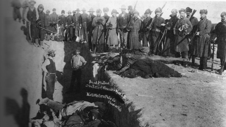 Entierro de muertos tras la Masacre de Wounded Knee en Dakota del Sur. S...