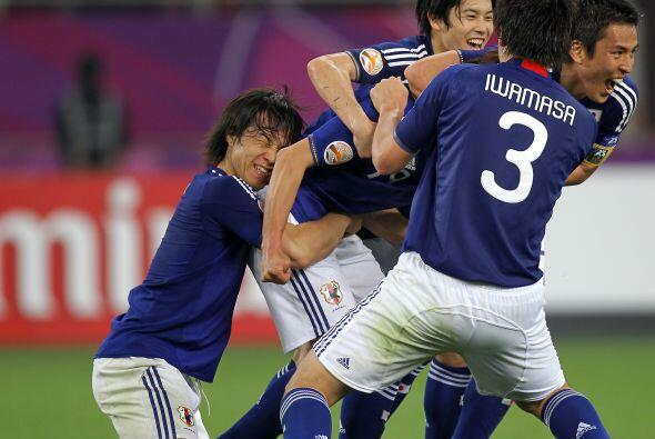 Un festejo a la japonesa...no se entiende que hace el que esta agachado.