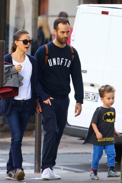 Natalie Portman y su marido Benjamin Millipied, salieron a dar una vuelt...