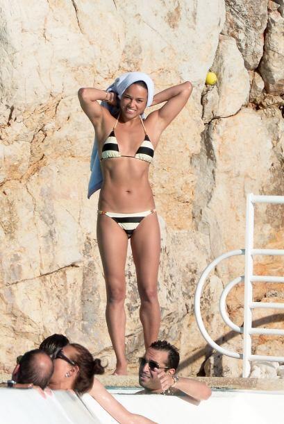 Mira a la latina y su excelente figura en traje de baño. Vota aquí por l...
