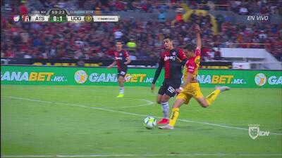 ¡Goool de Leones Negros! Con tremendo zurdazo, Ayala aprovecha un error de Hernández