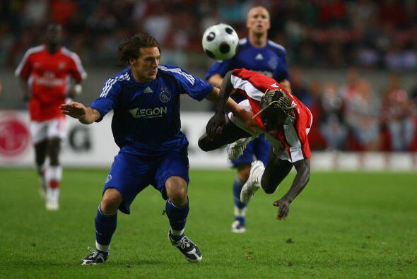 La media cancha inicia con Robbert Schilder, actual jugador del Twente,...