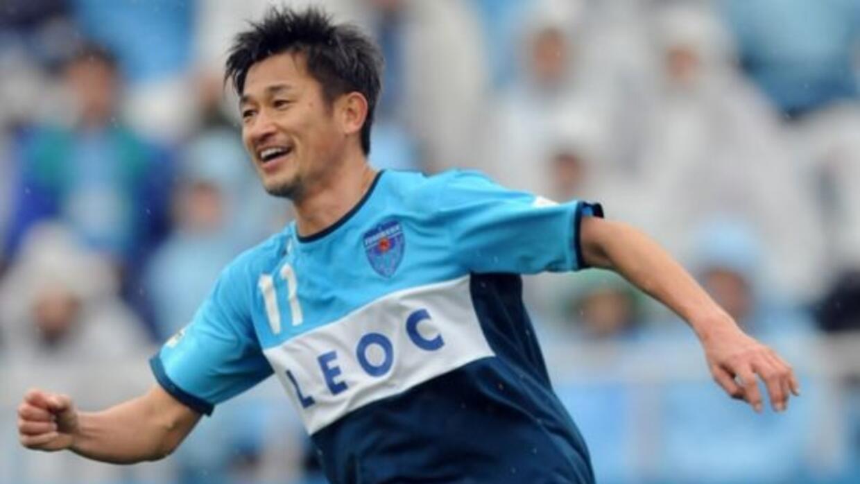El jdelantero tiene el récord de ser el goleador más veterano en Japón