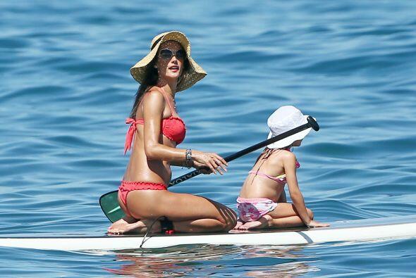 Cuando Alessandra no está posando en lencería o bikini, se...