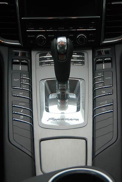 Se trata de la ya conocida Porsche-Doppelkupplungsgetriebe de siete velo...