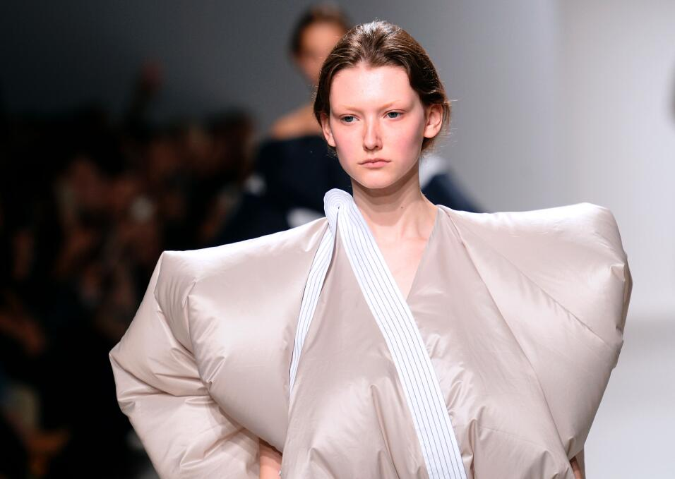 El vestido air-bagCon este look tu integridad física estará a salvo de a...