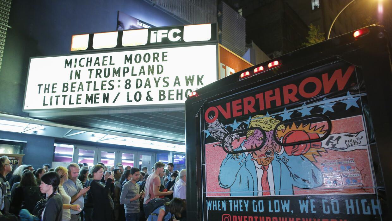 A las afueras del teatro IFC en Manhattan se quedaron decenas de persona...