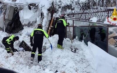 Bomberos italianos buscan sobrevivientes luego de que una avalancha sepu...
