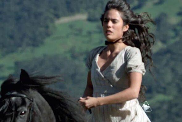 Carolina Ramírez a caballo con el cabello suelto, a lo Gloria Trevi, fue...