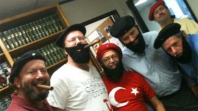 Un grupo de fans de los Astros se disfrazaron de Fidel Castro para el ju...