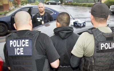 Agentes de ICE durante una redada de inmigrantes indocumentados.