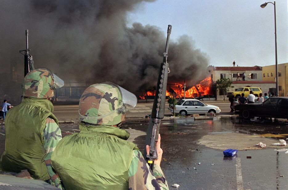 Efectivos de la Guardia Civil frente a un establecimiento que arde sin c...