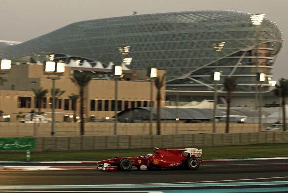 Alonso salió de su parada a los 'pits' en 11ra. posición y no pudo remon...