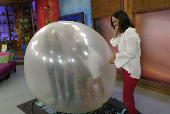 Karla felicitó al hombre burbuja y, por supuesto, a sus compañeros.