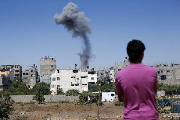 Un palestino mira el humo que sale de un edificio tras un ataque a&eacut...