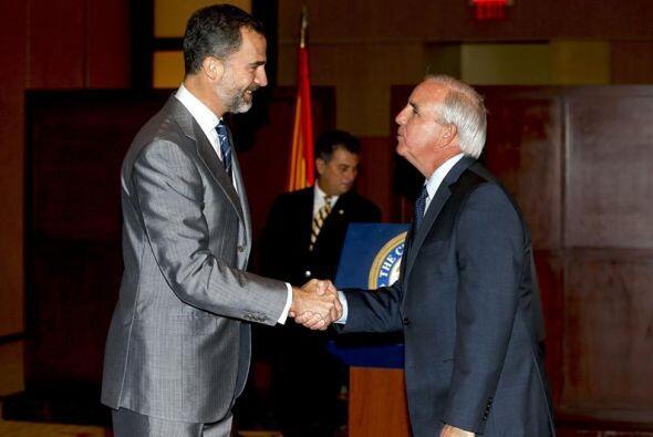 El príncipe Felipe saluda al alcalde del condado de Miami-Dade, C...