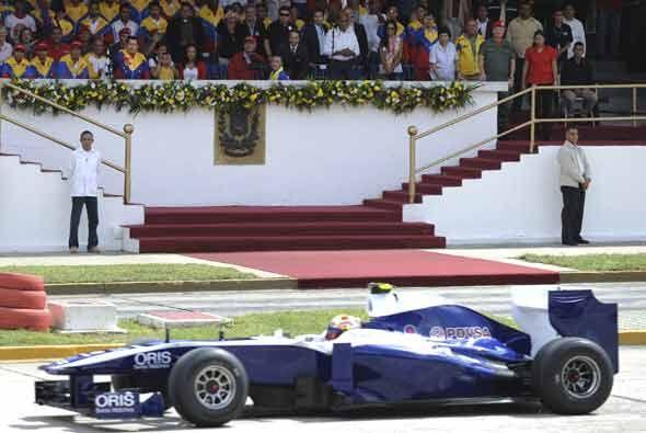El piloto del equipo Williams de F1, Pastor Maldonado, mostró su...