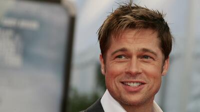 Brad Pitt disfruta comer hamburguesas y tomar cerveza en Inlgaterra