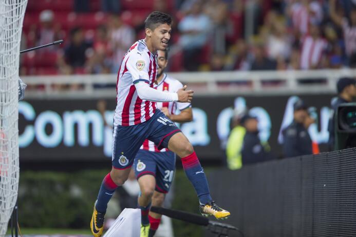 El campeón no sabe ganar: Chivas y Necaxa reparten puntos Angel Zaldivar...