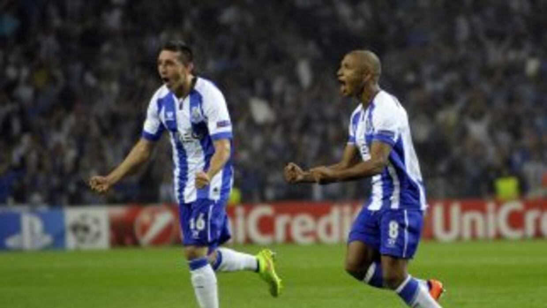 Yacine Brahimi celebra su gol con Héctor Herrera.