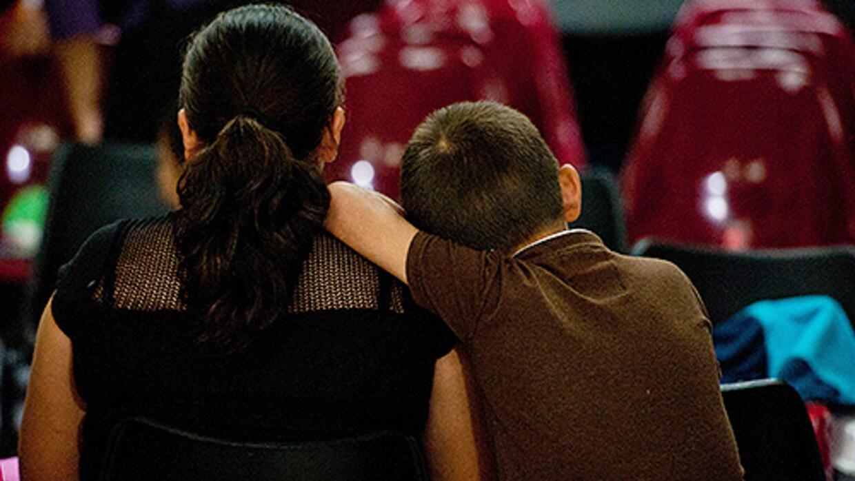 Un niño junto a su madre indocumentada tras ser deportados de Estados Un...