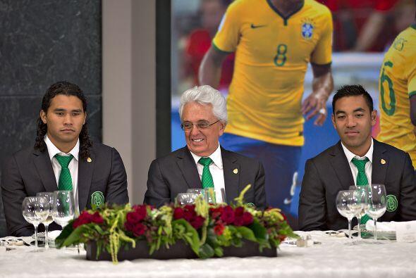 El Presidente de la FEMEXFUT, Justino Compeán, estuvo muy feliz al lado...
