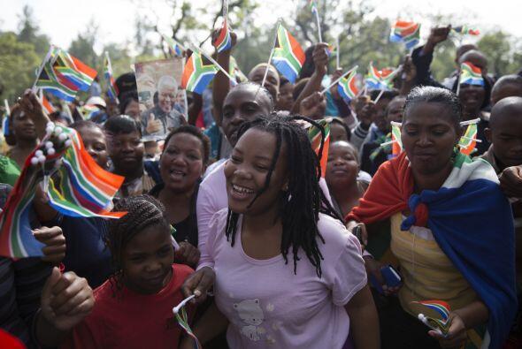 Durante el traslado, cientos de sudafricanos salieron a las calles para...