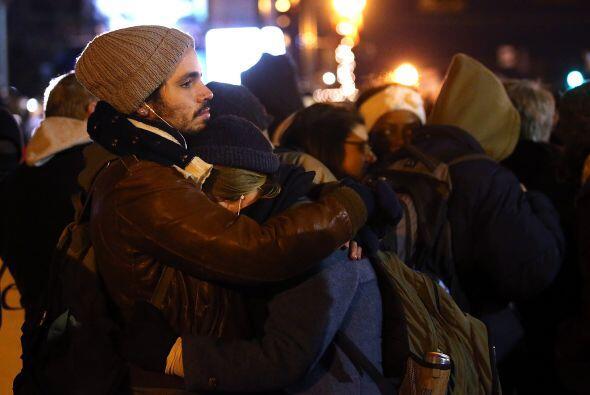 Una pareja se abraza y llora tras escuchar la decisión.