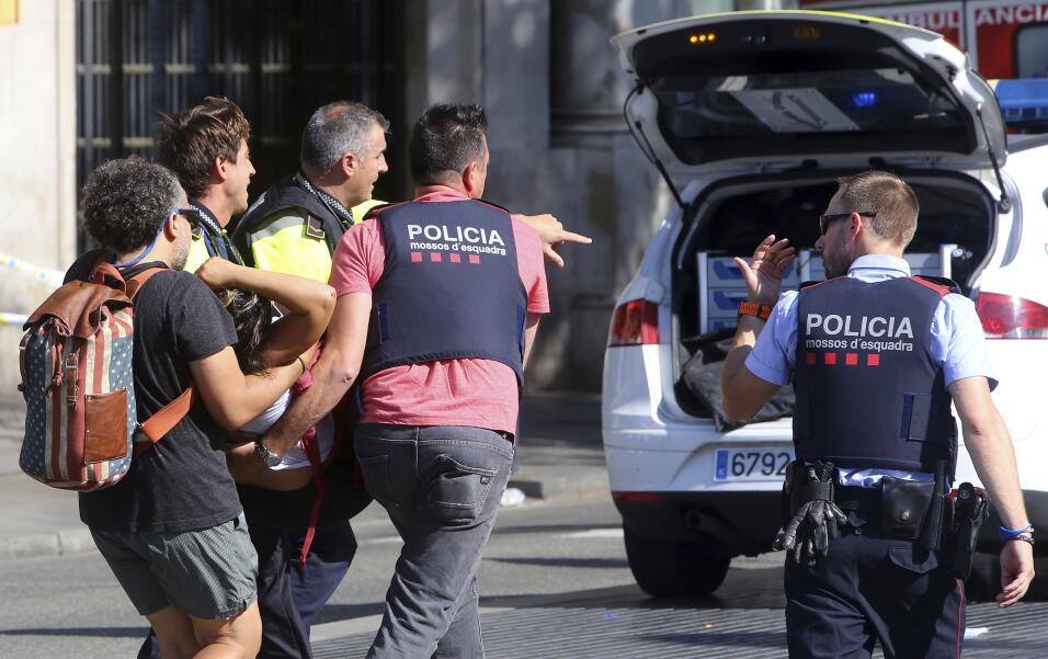 El policía que abatió a cuatro de los cinco terroristas en Cambrils reci...