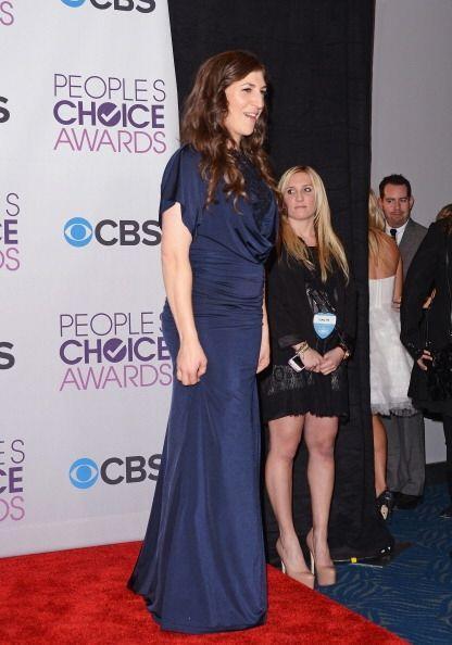 Mayim Bialik fue tan mal vestida a los People's Choice Awards que ¡muy p...