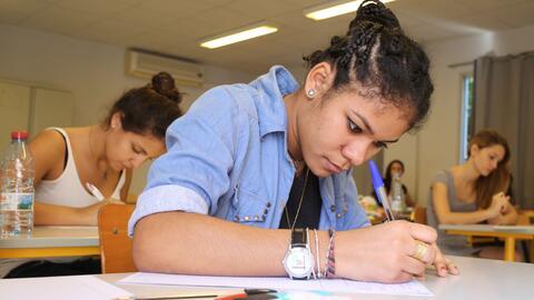 Unos 600,000 estudiantes en medio centenar de países tomaron los exámene...