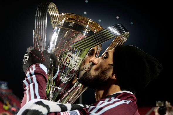 El capitán argentino Pablo Mastroeni levantó con honra el primer trofeo...