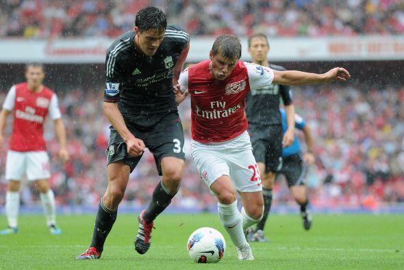 La lluvia no dejó tranquilos a los jugadores y el Liverpool, con más gar...