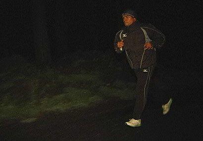 Sin luz natural y rodeado de coníferas, Márquez recorrió el camino rústico.