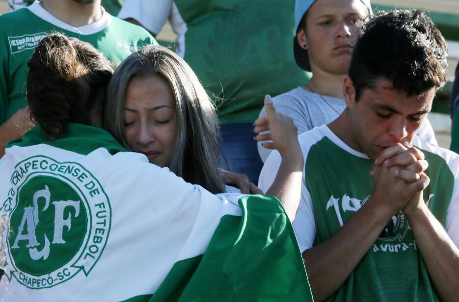 Los hinchas del Chapecoense lloran la muerte de los futbolistas del acci...
