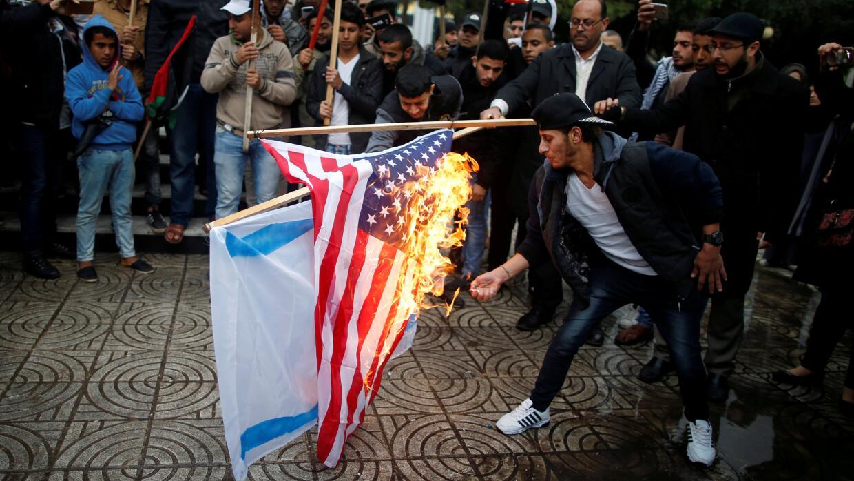Palestinos queman una bandera israelí y una estadounidense en una protes...