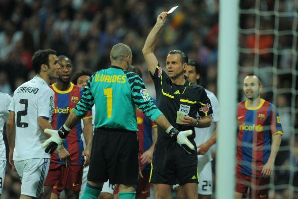El Barcelona protestó y Víctor Valdés se llevó la amarilla.