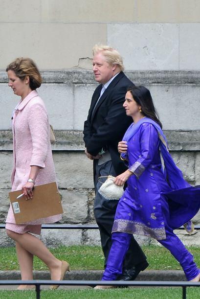 Caminando hacia la ceremonia el alcalde de Londres y su esposa, Boris y...