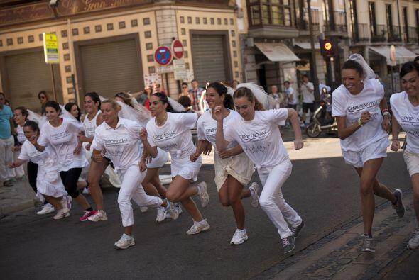 """""""Las novias fugitivas"""" salen corriendo en Granada, esperando ganar el pr..."""