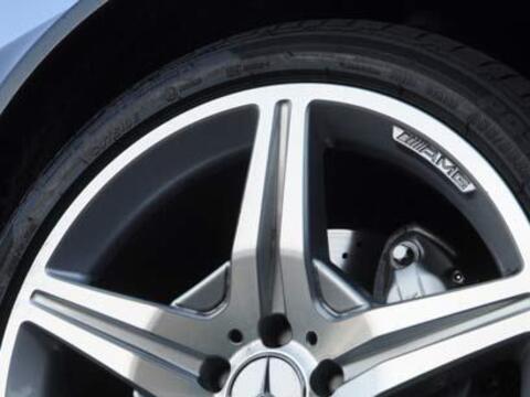 Los rines son de 18 pulgadas y cuenta con neumáticos de alta 'per...