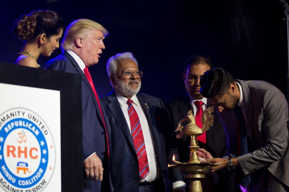 Congraciándose con la comunidad hindú, el candidato republicano Donald T...