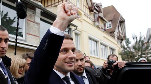 Emmanuel Macron en un colegio electoral en Le Touquet.