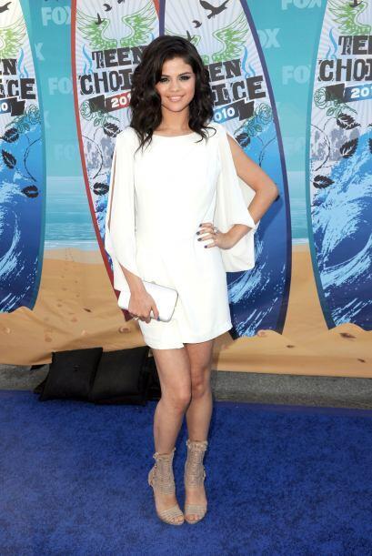 En los 'Teen Choice Awards' 2010, Selena Gómez, lució un vestido BCBG Ma...