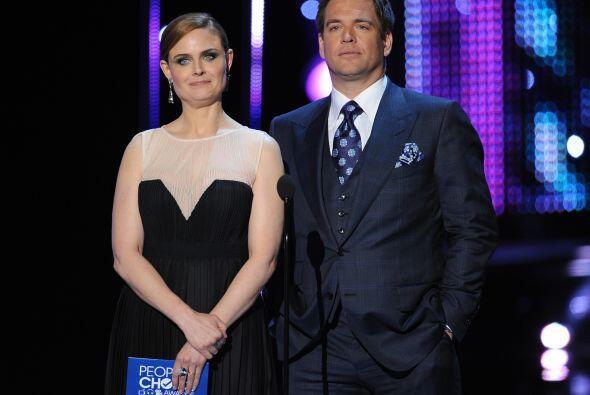 """Otros presentadores de lujo: Emily Deschanel de """"Bones"""" y Michael Weathe..."""