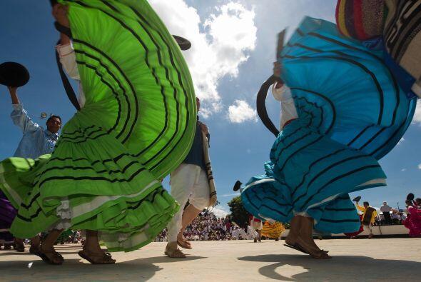 Los bailes regionales que se realizan dentro de la Guelaguetza generan u...