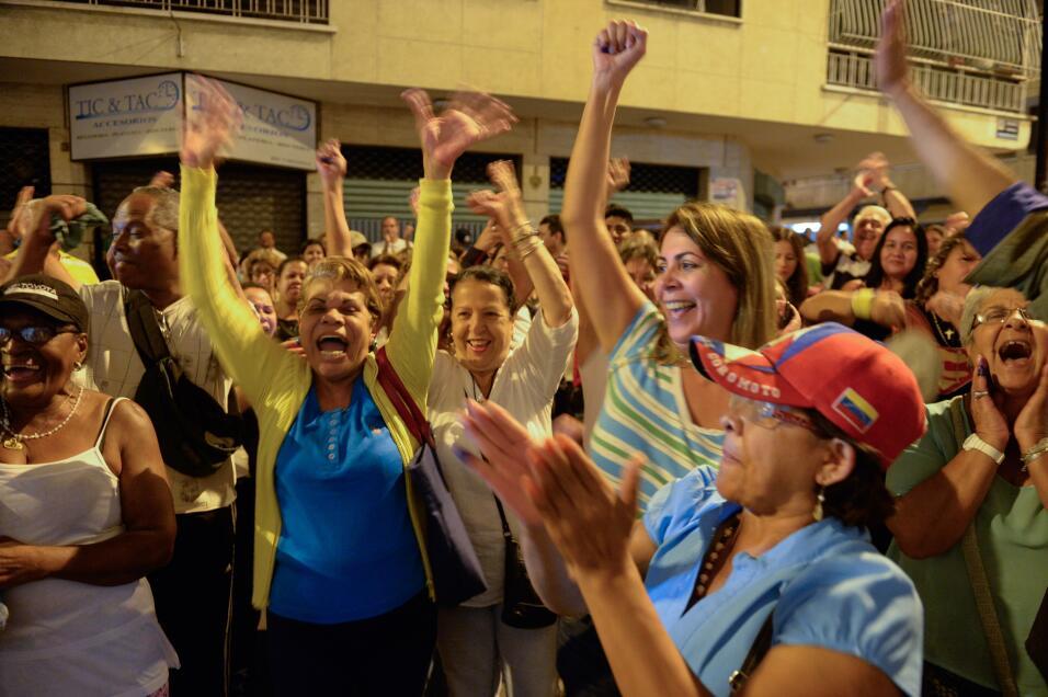 La oposición logra una contundente victoria en Venezuela GettyImages-500...