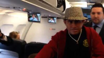 Video muestra al náufrago salvadoreño en un avión de camino a casa